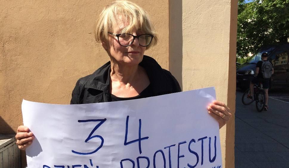 Film do artykułu: Pani Anna samotnie protestuje w Białymstoku. Wspiera niepełnosprawnych, krytykuje polityków (wideo)