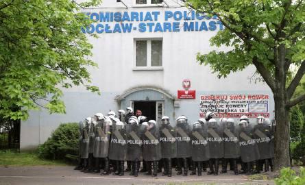 Informacje o komisariacie policji na Trzemeskiej można przekazywać mejlem na adres bz@duw.pl albo telefonicznie na numer 800 166 079