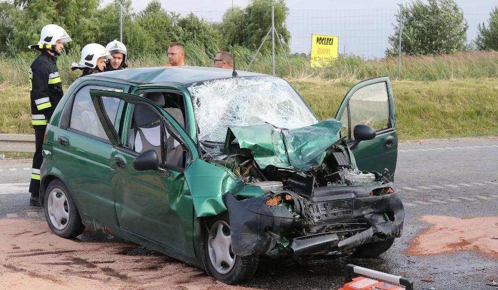 Film do artykułu: Groźny wypadek na wysokości Chęcin. Do szpitala trafiły cztery osoby, w tym trójka dzieci