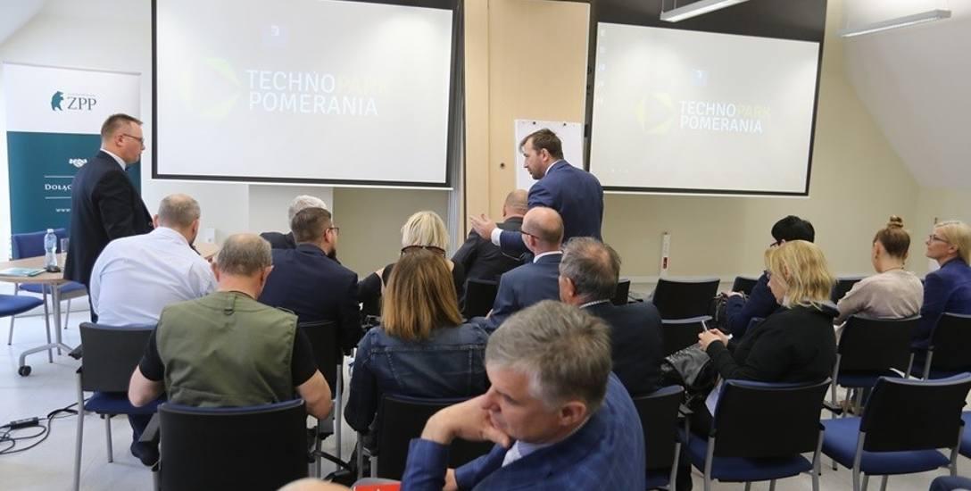 W spotkaniu wzięli udział (od prawej) prof. Robert Gwiazdowski, przewodniczący rady nadzorczej ZPP, prezes ZPP, Cezary Kaźmierczak, a prowadził Robert