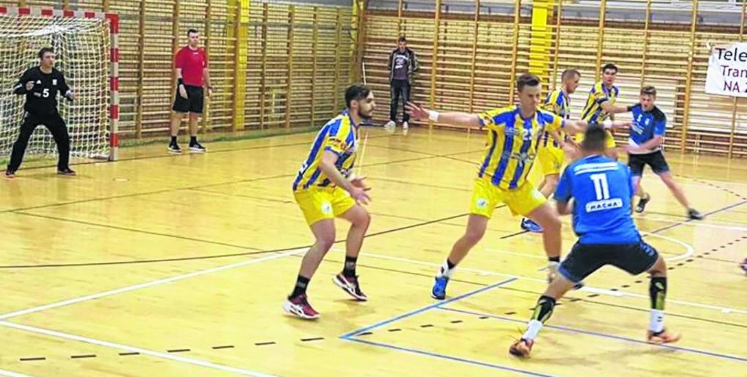 Szczypiorniak Dąbrowa Białostocka (na niebiesko) wygrał trzeci mecz z rzędu w II lidze