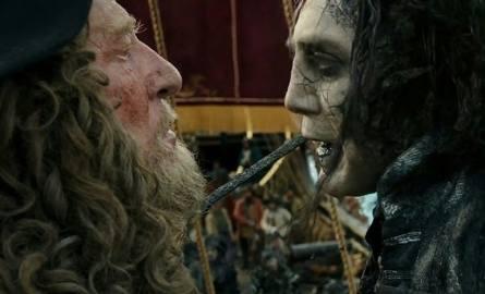 """""""Zemsta Salazara"""" to - jak zresztą cały cykl - paczka znakomicie dobranych aktorów. Świetni są Geoffrey Rush (z lewej) jako kapitan Hector Barbossa i"""