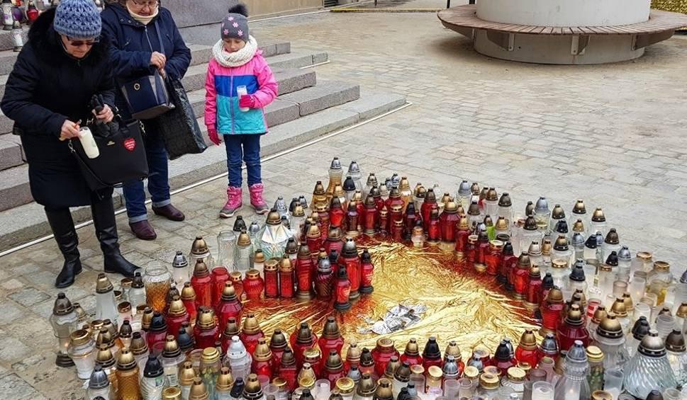 Film do artykułu: Pogrzeb prezydenta Gdańska. Mieszkańcy Lublina zbierają się przed ratuszem. Palą znicze (ZDJĘCIA)