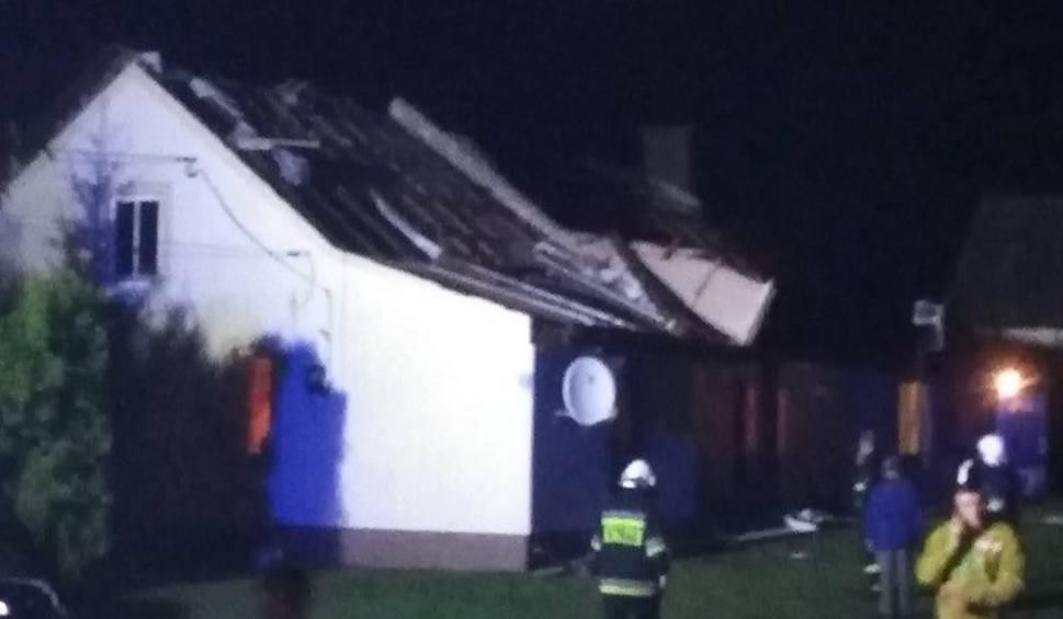Film do artykułu: Wielka burza nad powiatem włoszczowskim. Zerwane dachy, zniszczona stodoła w Dąbiu. Masa połamanych drzew (ZDJĘCIA)