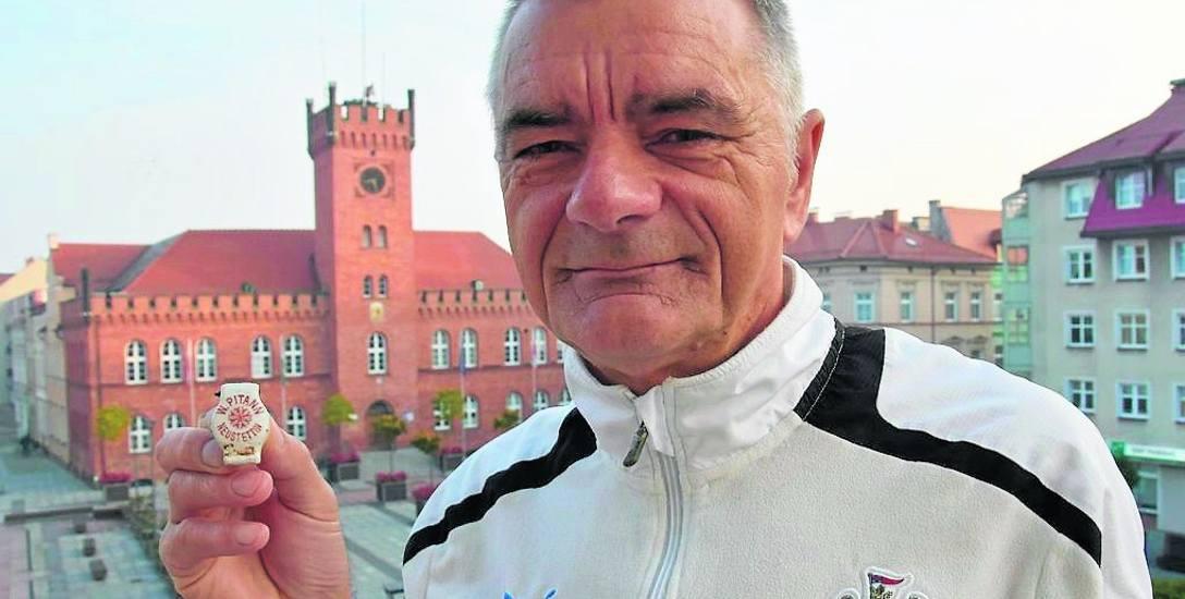 Andrzej Kowal w naszej redakcji w Szczecinku z tzw. porcelanką z wytwórni wody mineralnej