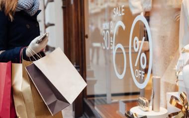 Wyprzedaże to okazja do zakupu ubrań w bardzo atrakcyjnych cenach. Warto jednak się do tego odpowiednio przygotować.