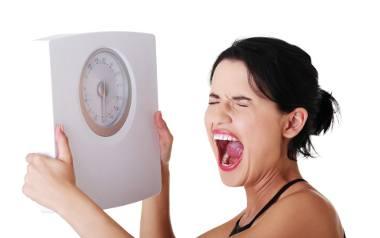 Wahania wagi, czyli zmiany w dobowej masie ciała to naturalne zjawisko zależne od wielu zmiennych. Wpływ ma m.in. rodzaj diety, ilość wypijanych płynów