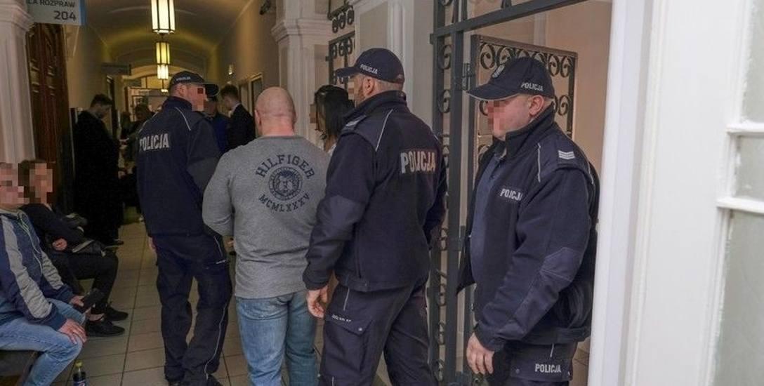 Gang Pitbulla idzie do więzienia! Naczelny gangster znów pluł i wyzywał, a jego żona zadomowiła się w sądzie