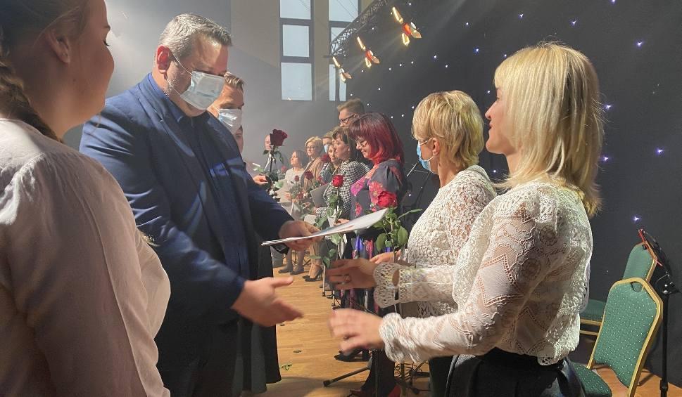 Film do artykułu: Ostrołęka. Dzień Nauczyciela. Nagrody prezydenta miasta dla nauczycieli oraz pracowników administracji wręczone zostały 14.10.2021. Zdjęcia