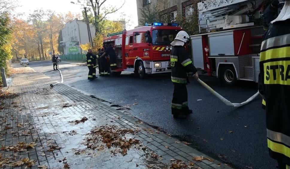 Film do artykułu: Olkusz. Pożar pustostanu, kiedyś byłatu szkoła. Ogień ugaszono
