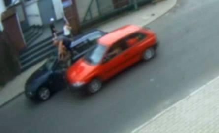 Kierowca bmw wskoczył na próg, żeby przeżyć (wideo)