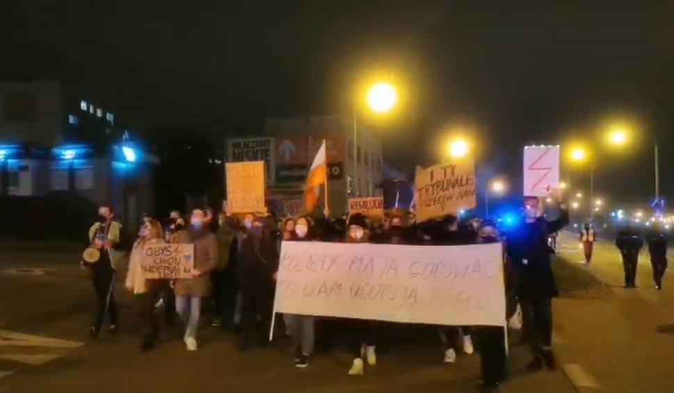 Film do artykułu: Głośny protest w obronie praw kobiet w Starachowicach. Było ponad tysiąc osób!