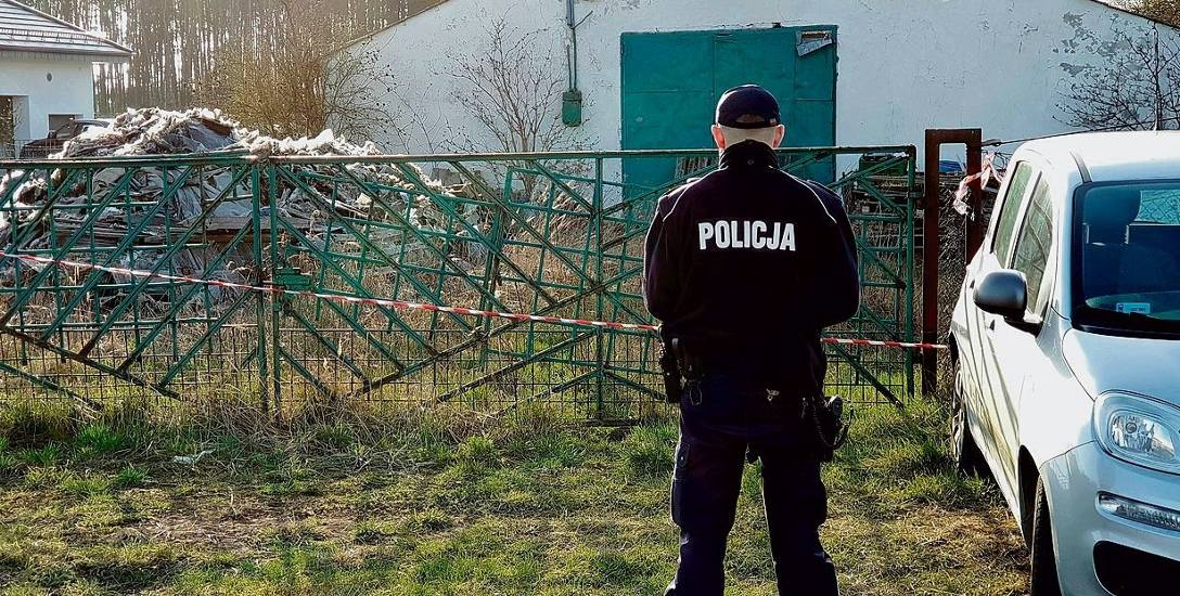 Tak wygląda służba w Otmicach - policjanci pilnują nielegalnego składowiska na okrągło.