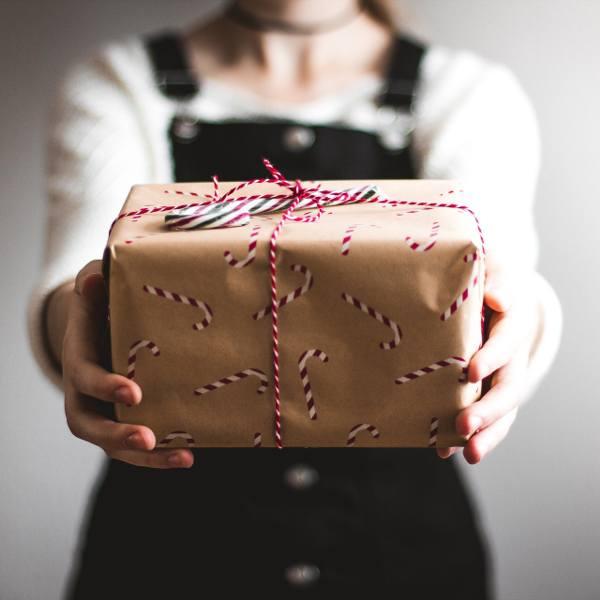 W okresie przedświątecznym wiele firm decyduje się na obdarowanie swoich pracowników jakimś prezentem. Najczęściej pracodawcy wypłacają świąteczne premie