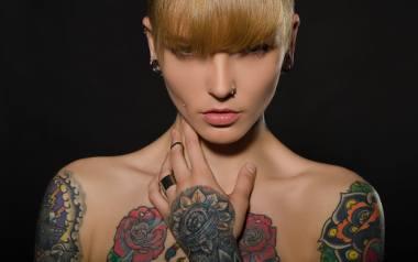 Obok tych tatuaży trudno przejść obojętnie - zwłaszcza po zmroku. Wyróżnia je jeden szczegół