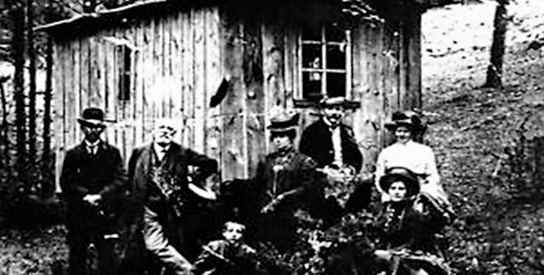 Nie mogąc uzyskać od władz pruskich niezbędnych pozwoleń na osadnictwo, Peplińscy zamieszkali w wozie. Nie uchroniło to ich jednak przed dalszymi sz