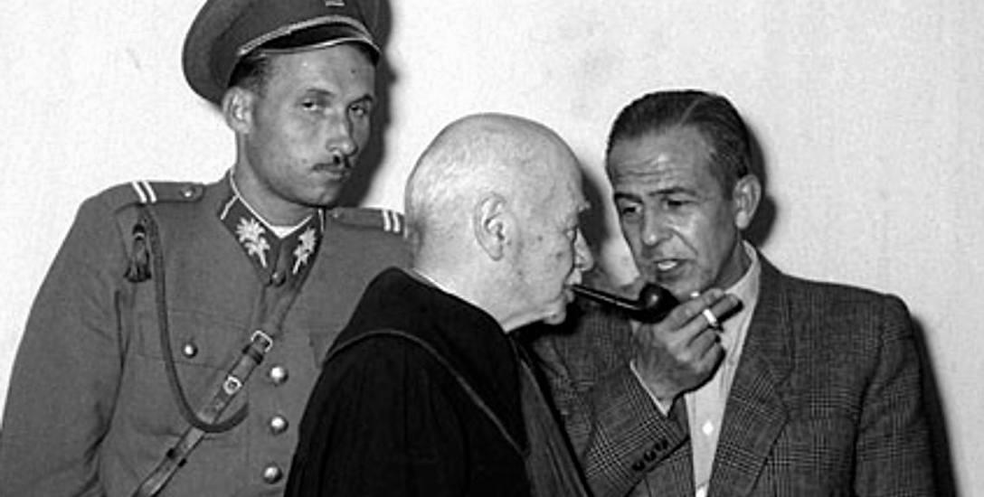 Władysław Mazurkiewicz podczas przerwy w rozprawie rozmawia z adwokatem Zygmuntem Hofmokl Ostrowskim