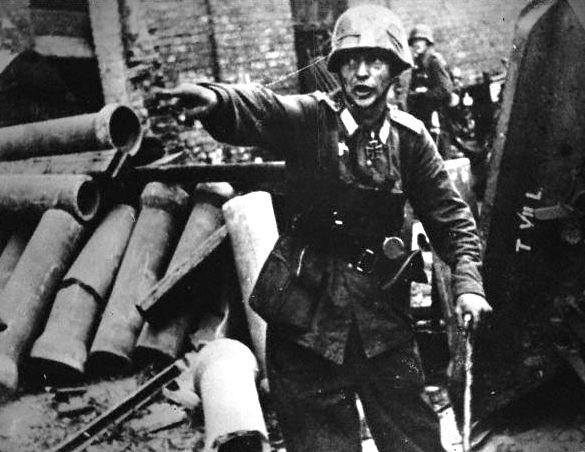 Niemiecki oficer kierujący walką w rejonie pl. Teatralnego