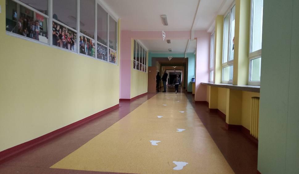 Film do artykułu: Koronawirus w Białymstoku. Szkoły i przedszkola świecą pustkami. Pod opieką nauczycieli jest zaledwie 5 proc. uczniów i przedszkolaków