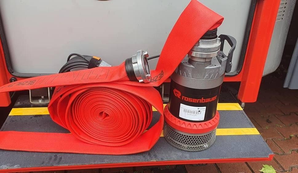 Film do artykułu: Strażacy ochotnicy z Kostrzyna nad Odrą mają nowy sprzęt. To nowoczesna pompa, która pomoże m. in. w usuwaniu wody z zalanych pomieszczeń