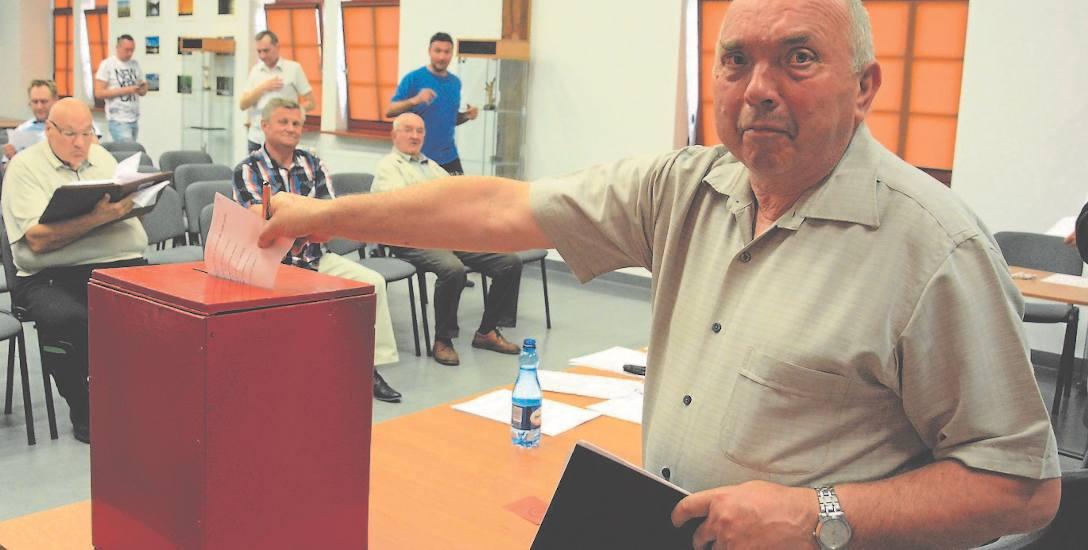 18 maja, wybory nowego zarządu. Głosuje ustępujący prezes Drawy Romuald Żukowski