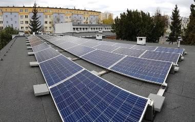 Miasta próbują oszczędzać. Np. w Bydgoszczy w kwietniu na  8 szkołach i 3 basenach zamontowano panele fotowoltaiczne