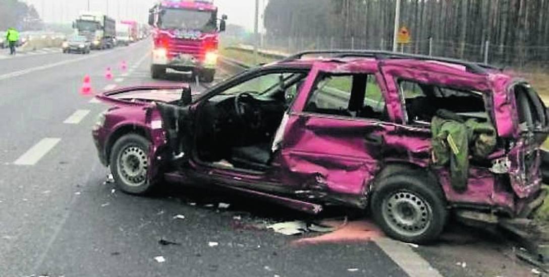Grudzień 2017. Kierowca opla vectry zderzył się na S1 w Mierzęcicach z ciężarówką. Dwie osoby zostały ranne.