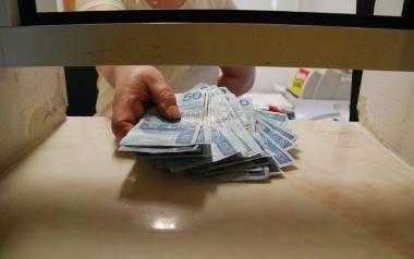 """Z badań CBOS wynika, że pieniądze z programu rządowego """"Rodzina 500 plus"""" 31 % Polaków przeznaczyło na zakup odzieży, 29% na zakup obuwia"""