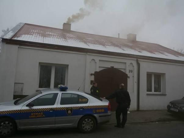 """Interwencja Straży Miejskiej na radomskich Glinicach po tym jak jedna z ulic została """"przykryta"""" gęstym dymem z kominów."""