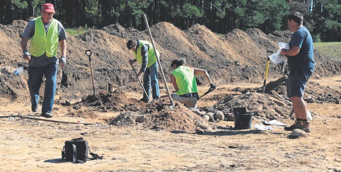Na razie jedynymi łopatami wbitymi w ziemię na placu budowy obwodnicy Szczecinka są te wbite przez archeologów - zdjęcia z jesieni minionego roku wykonane
