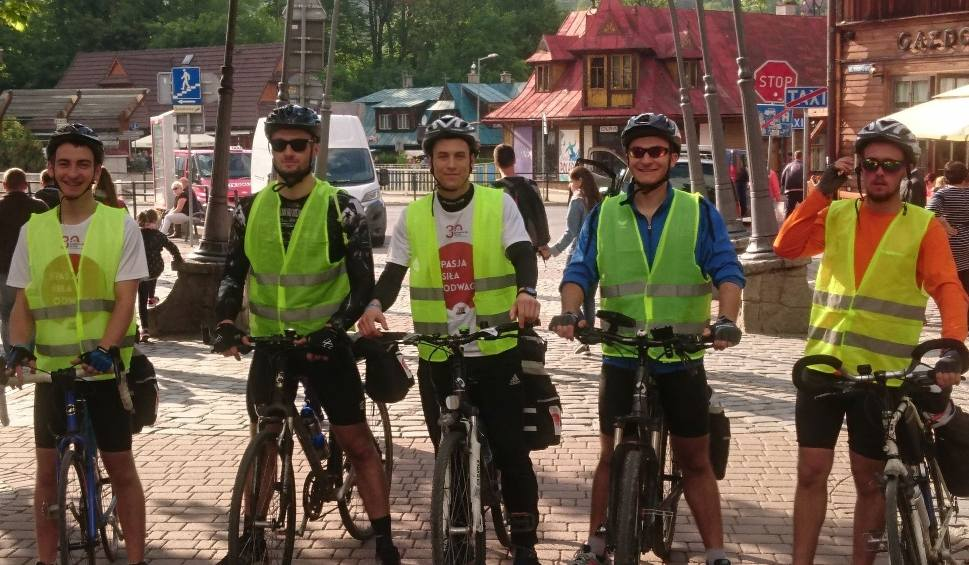 Film do artykułu: Maturzyści pojechali na rowerach do Zakopanego, żeby pomóc choremu nauczycielowi