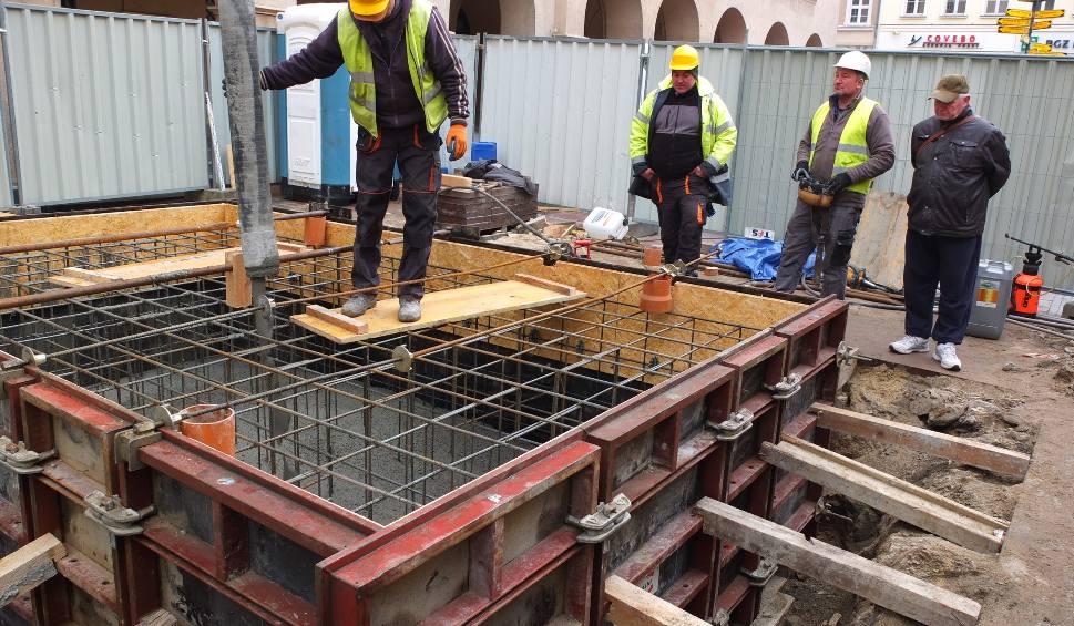 Film do artykułu: Wielkie betonowanie na Rynku w Opolu. Fundament pod pomnik Kazimierza I Opolskiego prawie gotowy [zdjęcia, wideo]