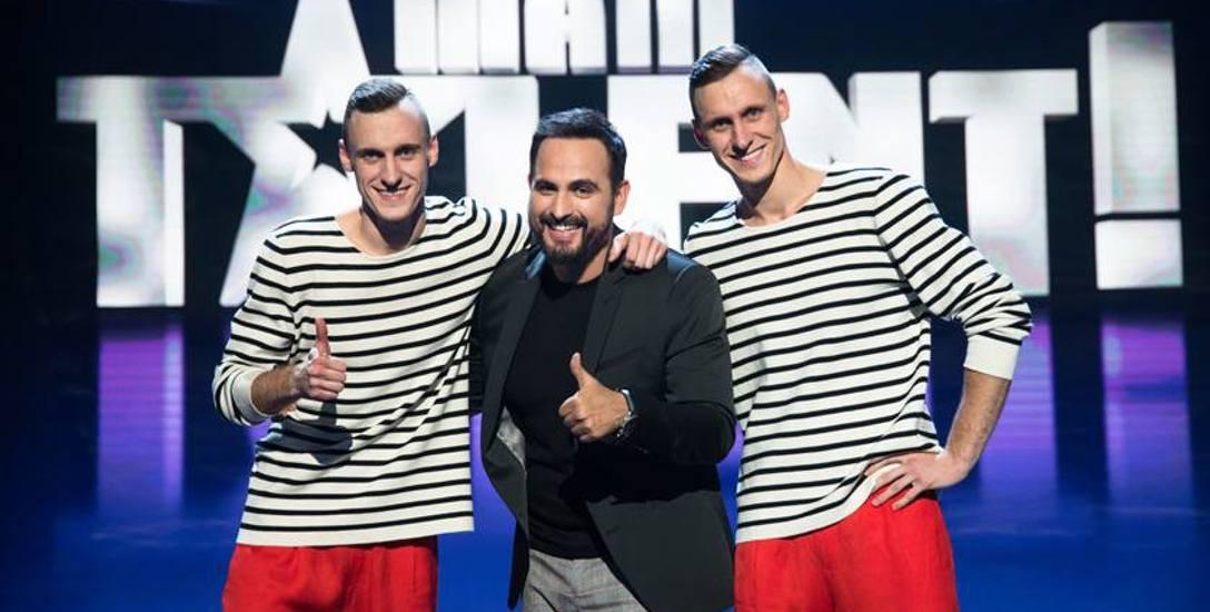 Krystian (po lewej) i Kamil Kłeczkowie z ulubionym jurorem programu Mam Telent - Agustinem Egurrolą. To on nagrodził ich złotym przyciskiem