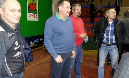 Krzysztof Piotrowski (drugi od lewej) - prezes Energi/Manekina Toruń uważa podział na dwie szóstki w Superlidze za nieporozumienie. - To szkodzi promocji