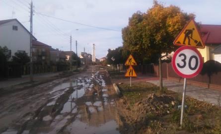 Ulica Matejki w Łapach to jedna z trzech remontowanych dróg. Ta jest zryta i rozbabrana na całej długości. Wszędzie błoto i kałuże. Nie widać, by prace
