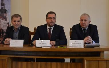 - Musimy szukać oszczędności w każdej sferze działalności gminy- mówili podczas konferencji prasowej burmistrz Mirosław Gąsik, Andrzej Stambulski, przewodniczący