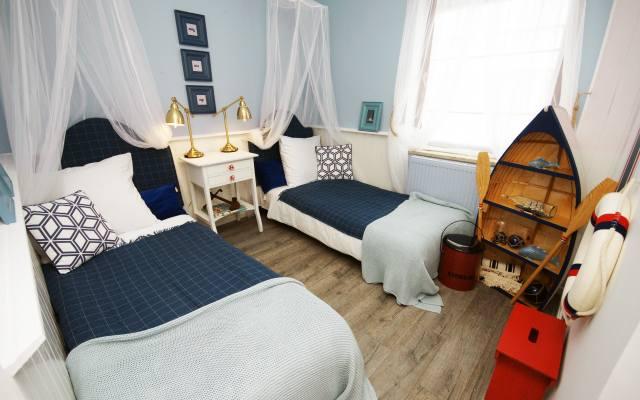 Niebieska pościel, błękitne ściany i dodatki stworzą sypialnię, w której panuje spokojny, sprzyjający wyciszeniu nastrój.