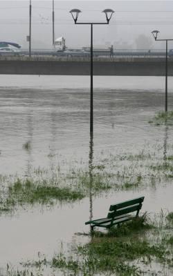 Powódź roku 2010. Rejon Dębnik. Woda podchodzi wysoko pod most