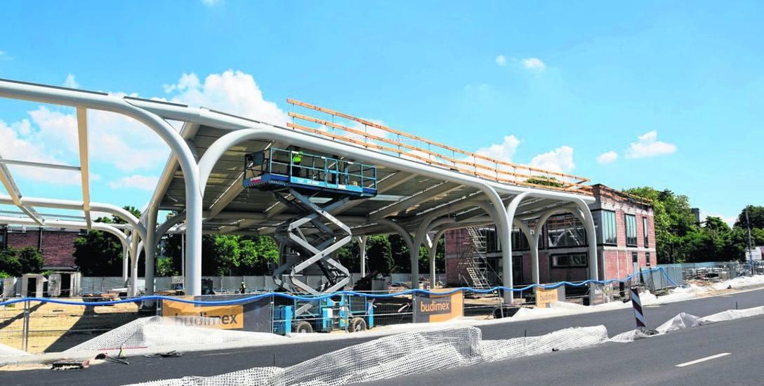 Na konstrukcji wiaty peronowej rozpoczął się montaż paneli dachowych