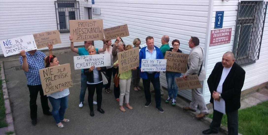 Protestujący mieszkańcy występują w roli obrońców dawnego Cmentarza Drzetowskiego, a przeciwko planowanej  budowie parku zabaw, rekreacji i sportu