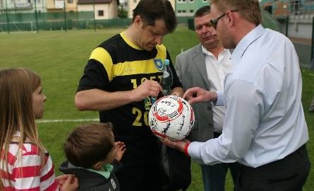 """Po meczu """"Kucharz"""" rozdawał autografy, podpisując także pamiątkowe piłki."""