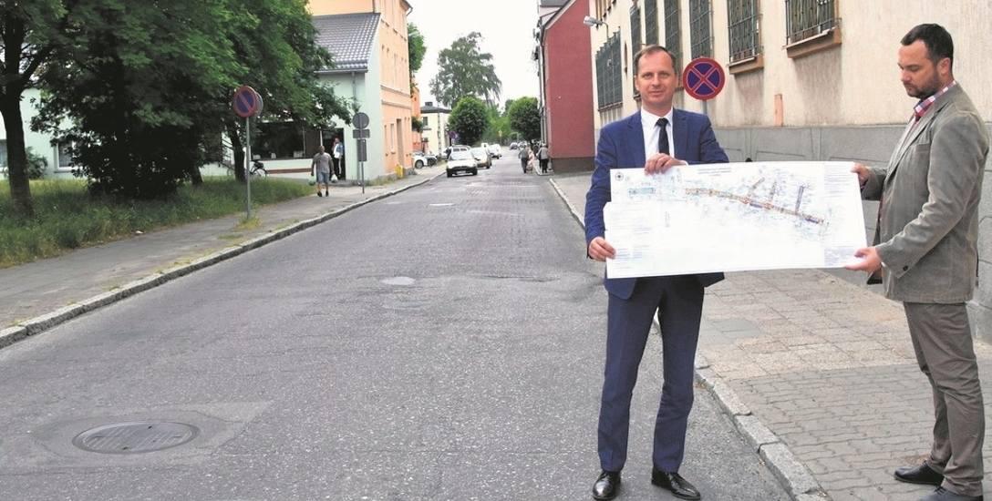 Ulica Mickiewicza w Sławnie jest jedną z najważniejszych, znajduje się w samym centrum miasta, stanowi drogę dojazdową m.in. do Sławieńskiego Domu Kultury