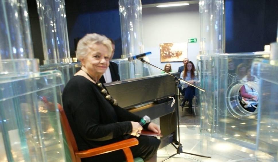 Film do artykułu: Anna Seniuk z niesamowitym spektaklem w szklanej bimie w synagodze w Chmielniku (ZDJĘCIA)