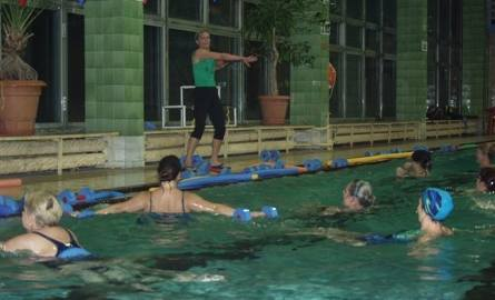 Tłumy kobiet na basenie. Wszystkie ćwiczą aqua aerobik (zdjęcia)