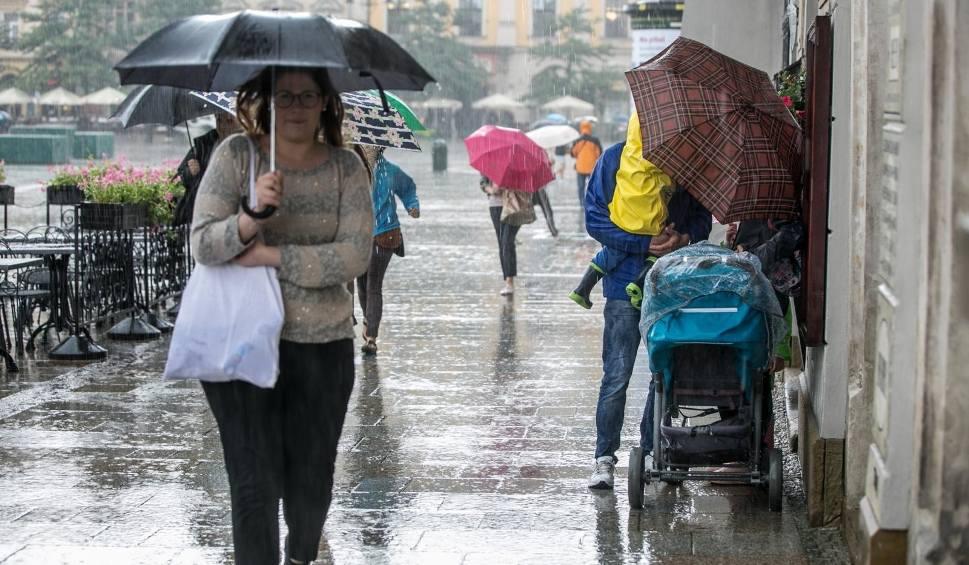 Film do artykułu: Koniec ciepłej pogody. W sobotę chłodno i deszczowo. Na Podkarpaciu mogą wystąpić burze [WIDEO]