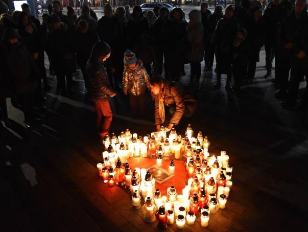 """Akcja """"Światełko do nieba - Największe serce świata"""" odbyła się w miastach całego kraju. W Opolu świece zapalono na pl. Wolności."""