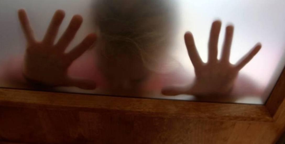 W domu w Izdebkach (w powiecie brzozowskim), położonym pod lasem na uboczu, miało dochodzić do zaniedbań wobec dzieci oraz przypadków molestowania. Śledztwo