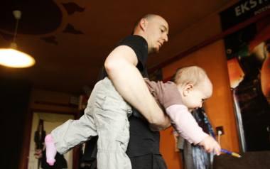 Wciąż to kobiety zostają z nowonarodzonym potomstwem na urlopie w domu, ojcowie decydują się na to sporadycznie