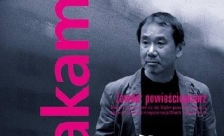 """W wieku 30 lat Murakami wydał swoją pierwszą powieść """"Hear the Wind Sing"""" (1979). Po napisaniu wysłał ją na konkurs literacki, zajmując"""
