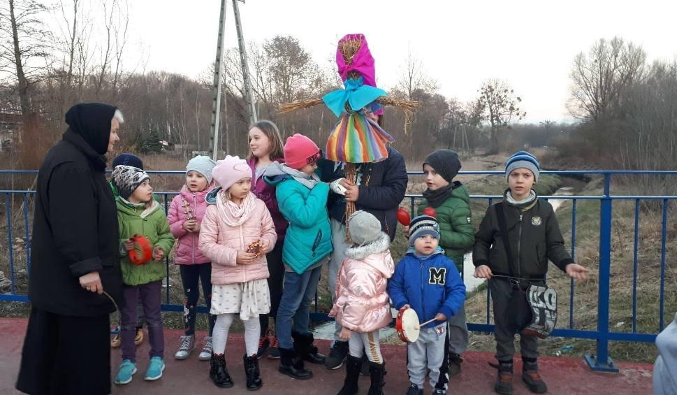 Film do artykułu: Pierwszy dzień wiosny z Grupą Dziecięcą Folklorystyczno-Rytmiczną Domu Kultury w Zwoleniu. Wrzucili do rzeki biodegradowalną marzannę